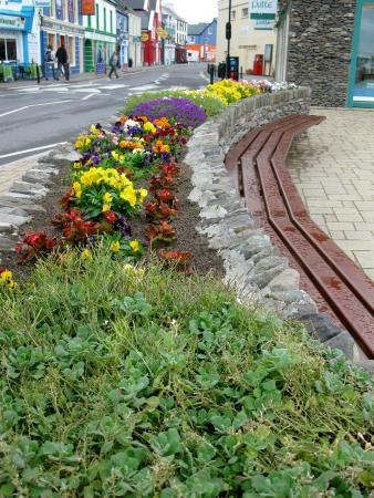 Dingle Bay Hotel: The flowers are blooming in Dingle town!