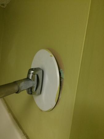 Econo Lodge: Shower rod falling off