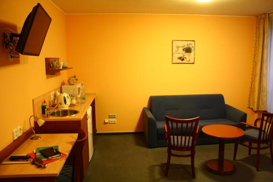 Austria Suites: Other half of the room