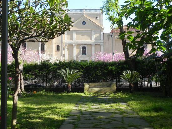 Im garten foto di b b il giardino di piazza falcone for Torrisi arredi giardino catania