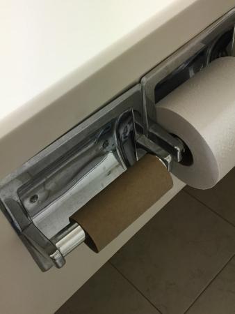 Wyndham Visalia: Empty toilet roll