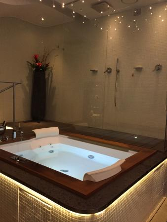 Residenze SuiteSistina for Lovers: Amazing hot tub!!!