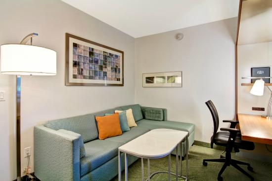 SpringHill Suites Tallahassee Central: Suite Living Area