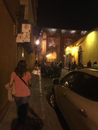 Hotel Posada de San Francisco: Calle sobre la que esta la entrada del hotel