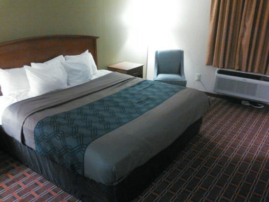 Econo Lodge North: New Bedding