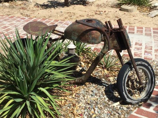 Sunnyvale Garden Suites Hotel - Joshua Tree National Park: One of many artifacts on the grounds