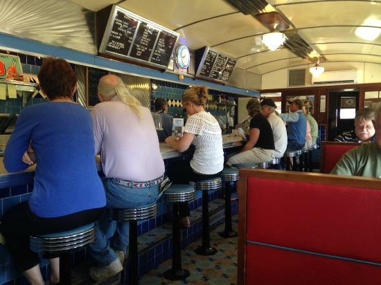 George & Sally's Blue Moon Diner: Fun times, great atmosphere