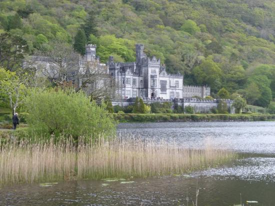 Lisara House B&B: Kylemore Abbey is a must to visit