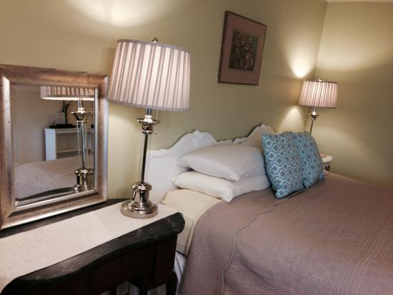 La Kris Inn: Room 12, Cozy and updated