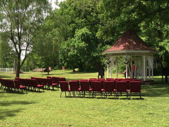 Apple Crest Inn Bed and Breakfast: Backyard gazebo with 50 chairs for wedding