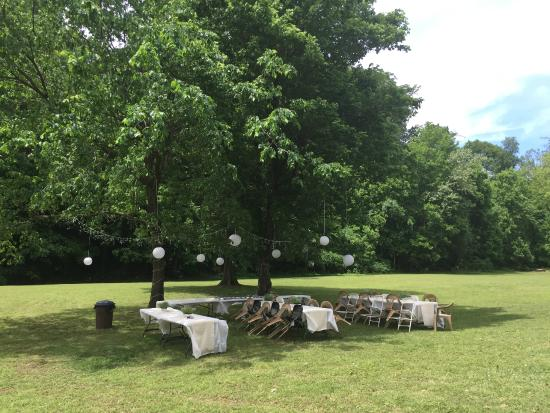 Apple Crest Inn Bed and Breakfast: Tables setup in backyard under a cluster of trees.