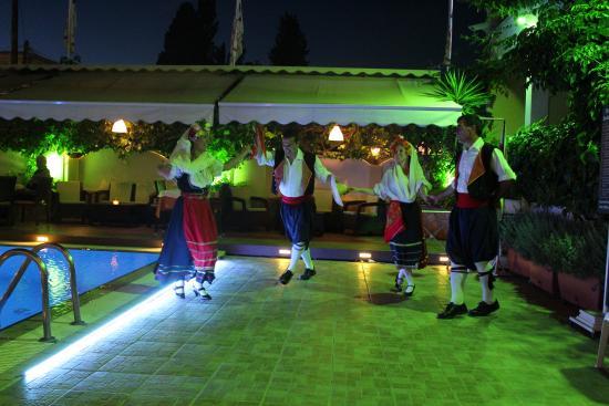 Telesilla poolside Restaurant: Greek night - traditional dancing followed by some plate smashing!