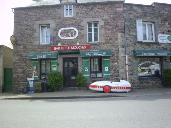 Plurien, Франция: Le bar à gauche, la boucherie à droite.