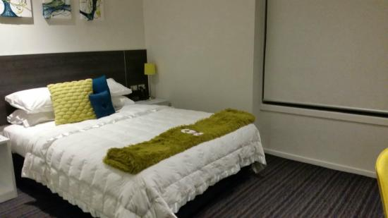 The Devon Hotel & Conference Center: Nice comfortable bed