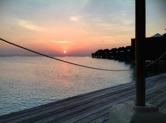 Vakarufalhi Island Resort: Sunset from the bay view water villa