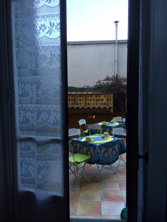 Chambre et Table d'Hote Le Blason: Breakfast on the terrace
