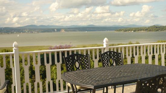 Au Manoir de Levis - Gite le Rosier: terrasse, vue sur le fleuve