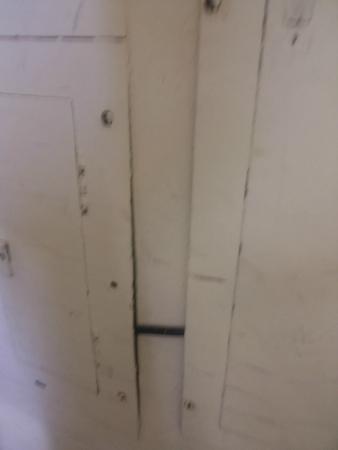 Faro Hotels Suites: pared y puertas rotasy sucias