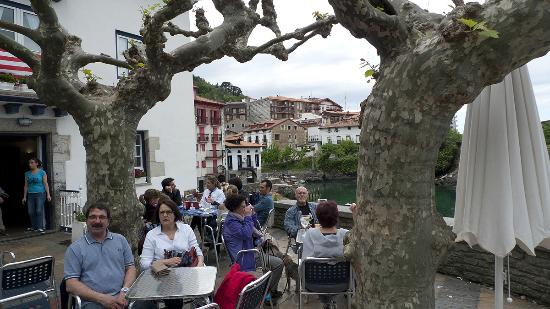 Apartamentos Mundaka: Our favourite bar at Mundaka harbour