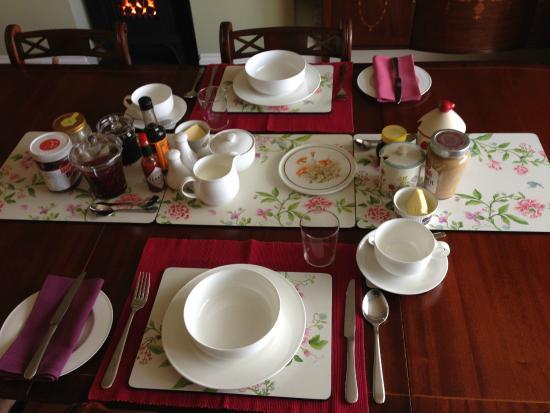 Tyllwyd Hir Bed and Breakfast: Breakfast table