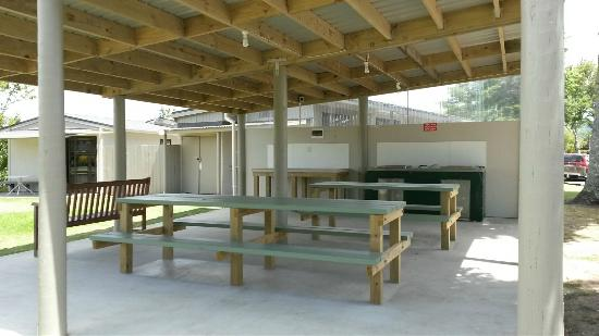 Harbourside Holiday Park : Covered outdoor dining area