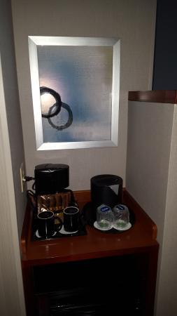 Courtyard Harrisburg Hershey: coffee and mini-fridge
