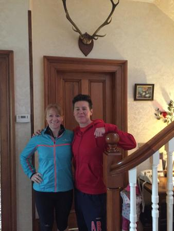 Redknowe Bed & Breakfast: Dave and Sue seeing us off for the MoK half marathon!