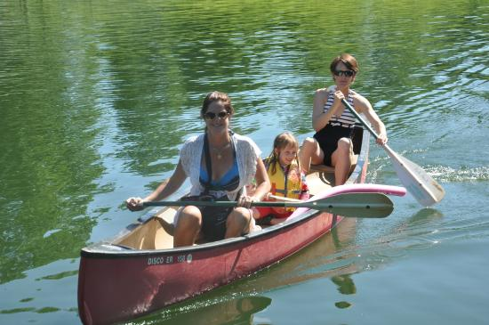 Belle Meade Bed and Breakfast: Canoing on the lake