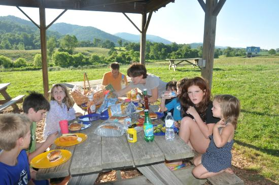 Belle Meade Bed and Breakfast: Family dinner on the farm!