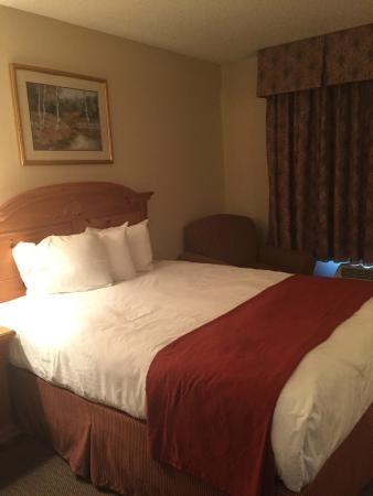 Country Inn By Carlson, Decorah: One of the queen beds