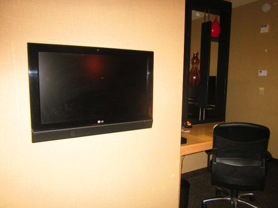 Cambria Hotel Raleigh-Durham Airport: Living Area - Flat screen TV