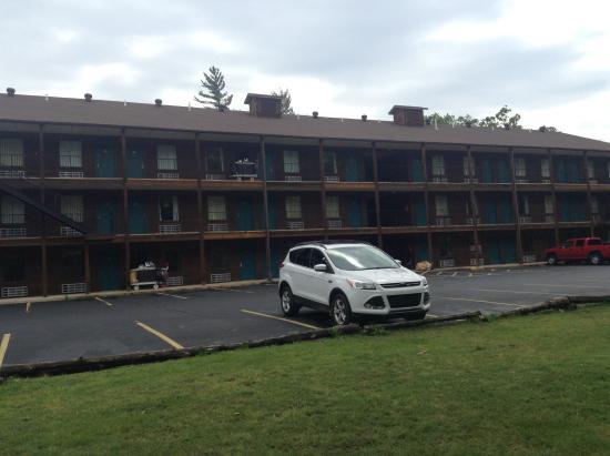 Fall Creek Inn & Suites: Motel view