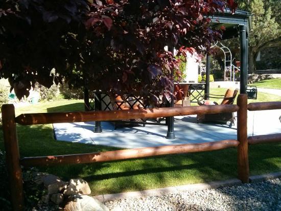 Prescott Pines Inn Bed and Breakfast: Gazebo outside area for sitting