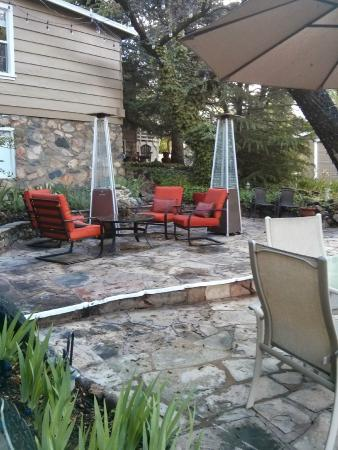 Prescott Pines Inn Bed and Breakfast: One of the outside sitting areas