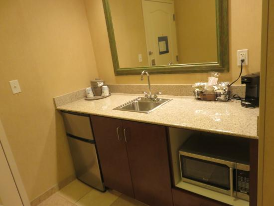 Hampton Inn Tremonton: Wet bar with refrigerator/microwave.