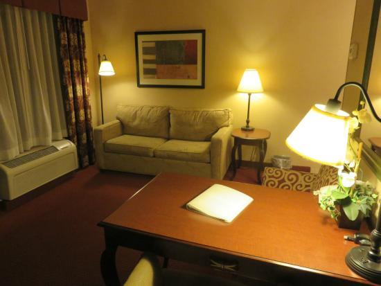Hampton Inn Tremonton: Ample workspace / comfortable couch.