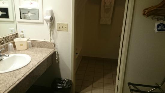 Best Western Westminster Inn: Bathroom area.