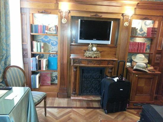Torre dell'Orologio Suites: Fireplace, TV and bookshelves