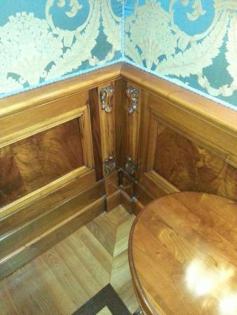 Torre dell'Orologio Suites: Corner detail - beautiful wood!