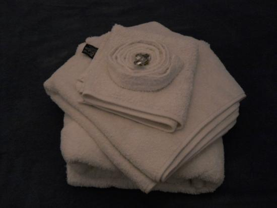 Petit Hotel El Vitraux: Towels and bathrobe left on my bed