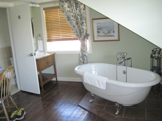Le Domaine Belle Plage: Bathtub in room #15
