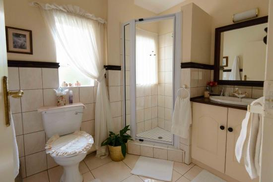 Elonda Bed & Breakfast: Bathroom