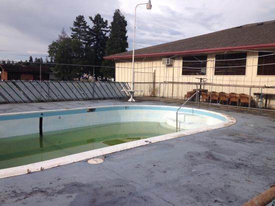 Junction Inn: Um, gross! So much for heated pool & spa?
