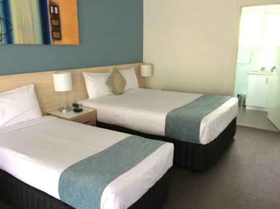 Comfort Resort Kaloha: Room with double bed and 2 single beds (one single bed not shown on photo)