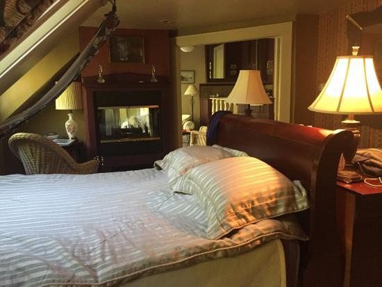The Notchland Inn: Evans suite. Skylights, fireplace, jacuzzi tub, balcony.