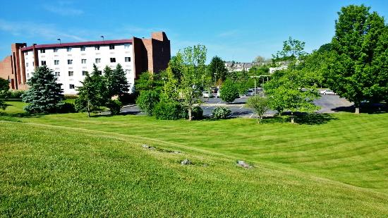 Super 8 State College: Exceptionally spacious grounds