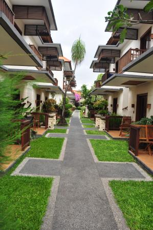 Respati Beach Hotel: Main path between front blocks