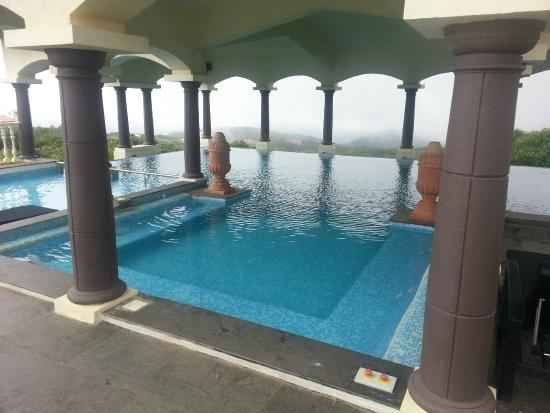 Rooftop Infinity Pool Picture Of Le Meridien Mahabaleshwar Resort Spa Mahabaleshwar