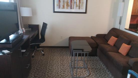 Residence Inn Fairfax City: Very nice Living room and TV corner
