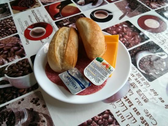 Hotel Euroglobe: The breakfast: bread, salami, orange jam and (supposedly) cheese